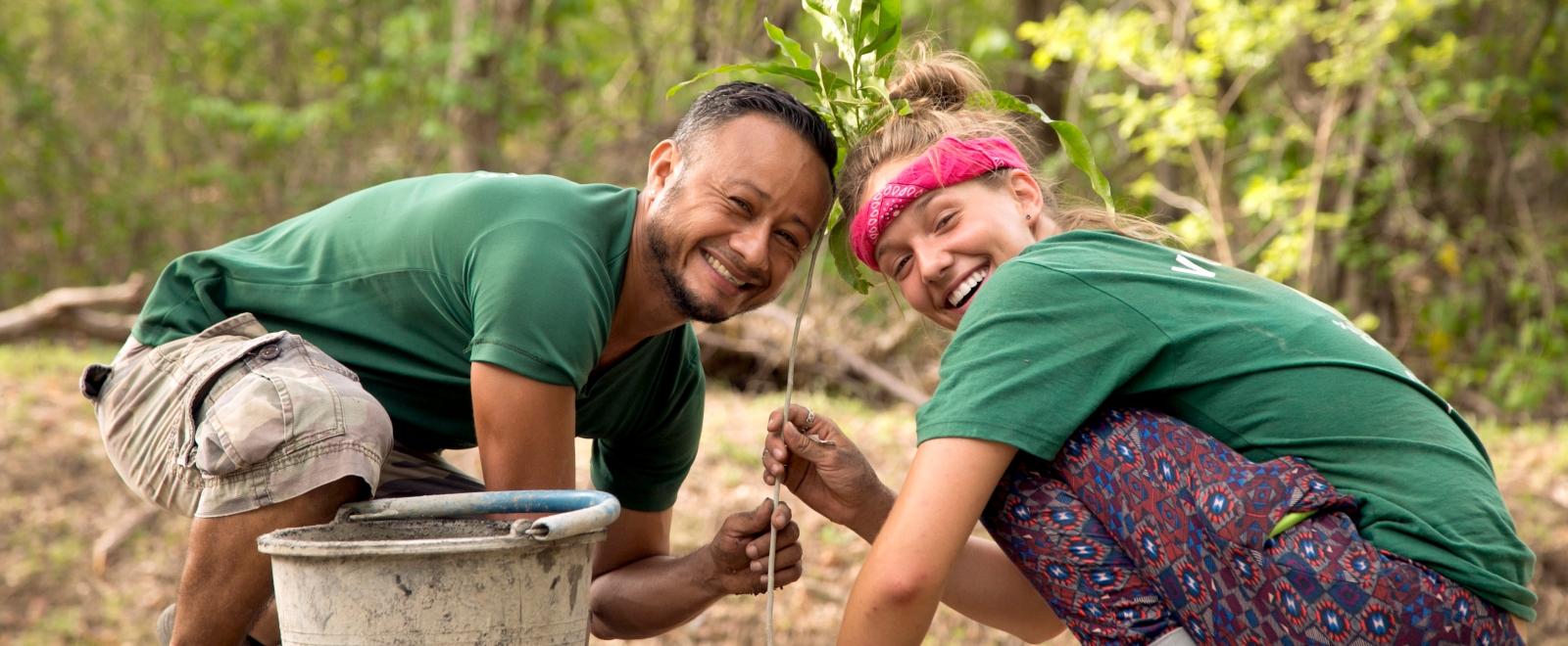 Voluntaria y personal en Costa Rica ayudando en nuestro programa de reforestación.
